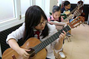 hoc-guitar-tai-nha-o-ha-noi