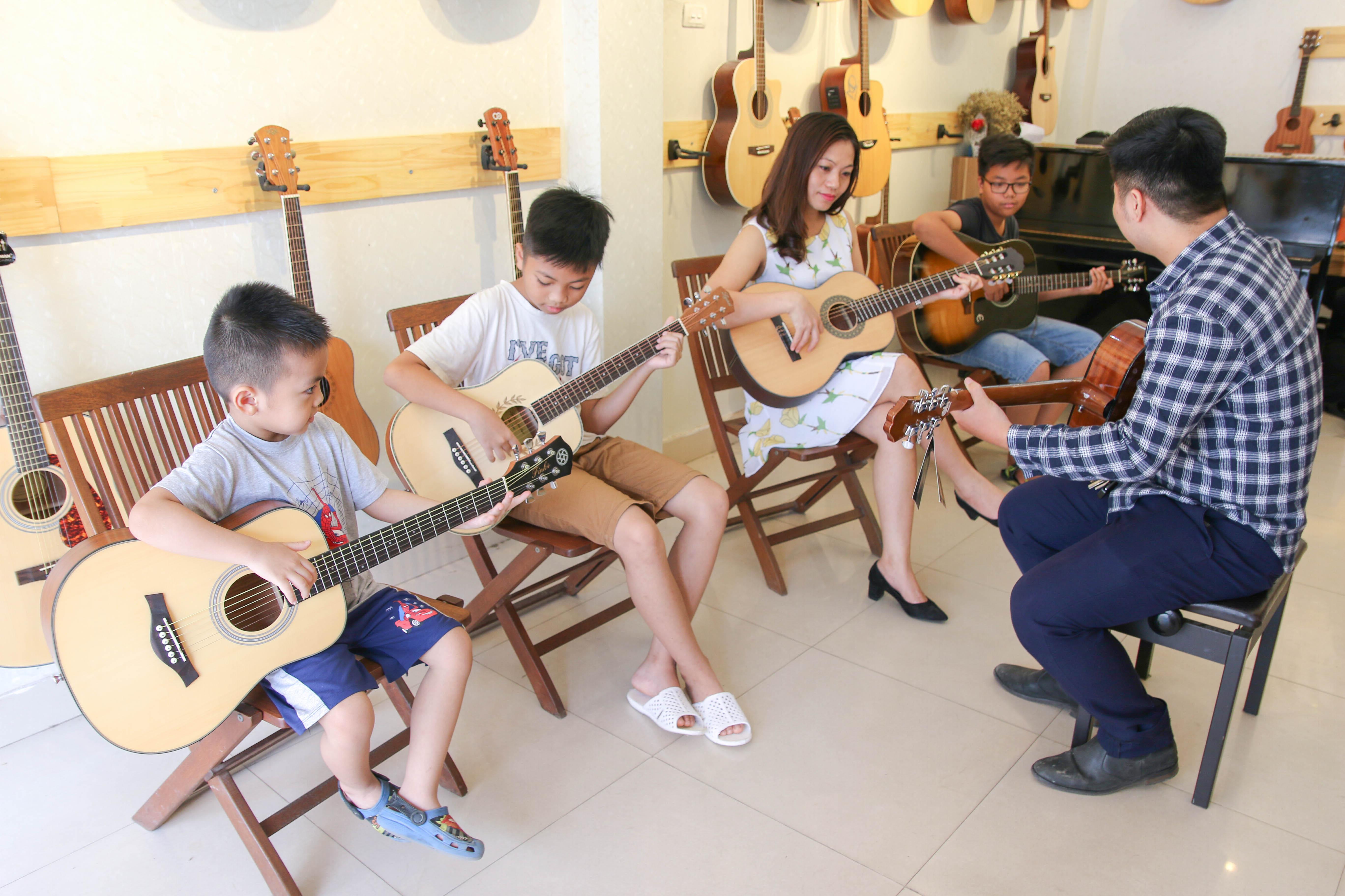Học đàn Guitar đệm hát Hà Nội